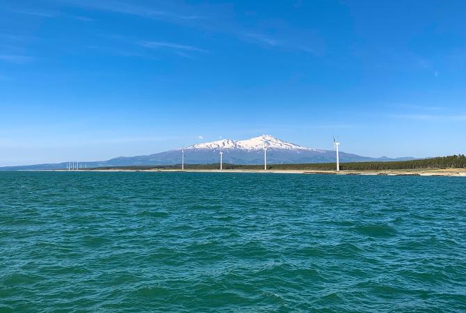 酒田北港火力防波堤から。鳥海山がきれい。北風が強いので海面が少し波立っている。