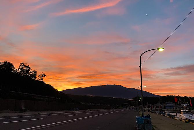 「朝焼けの鳥海山と漁港と常夜灯と月」…タイトル長!w