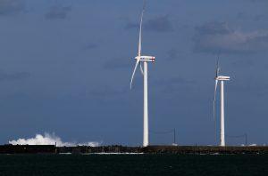 酒田北港 風車と離岸堤の波